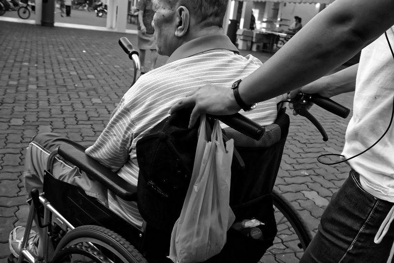 Busta paga per una badante convivente: come si fa il calcolo e quando si deve pagare